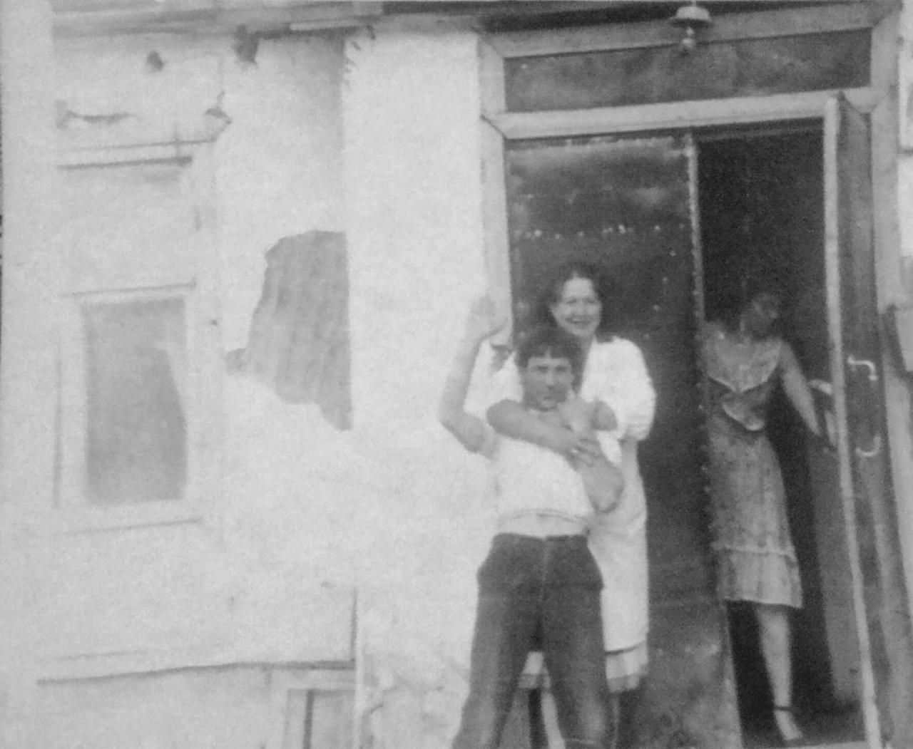 Посёлок Горняцкий. На крыльце магазина. Моя мама работала здесь, она в дверях магазина. Фото от Юлии Ильиной.