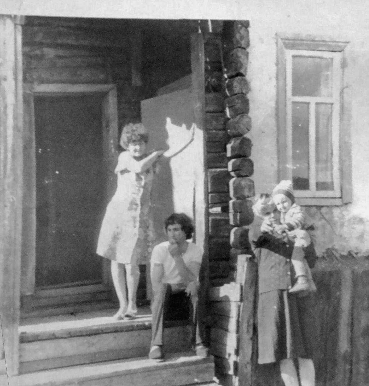 Посёлок Горняцкий. В этом бараке жили мои родители. когда приехали в посёлок. Фото от Юлии Ильиной.