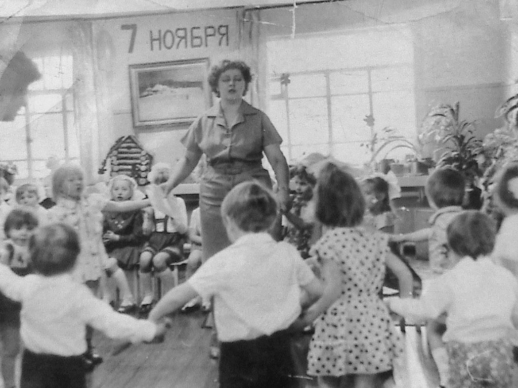 В детском саду посёлка Горняцкий. В центре - воспитательница Любовь Петровна Алиева. Фото от Юлии Ильиной.