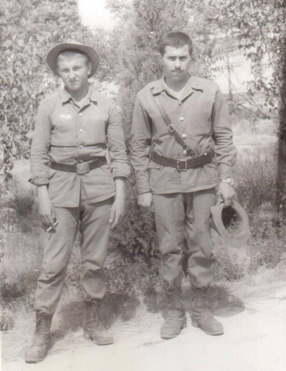 Командир роты Руфет Талыбов (справа).