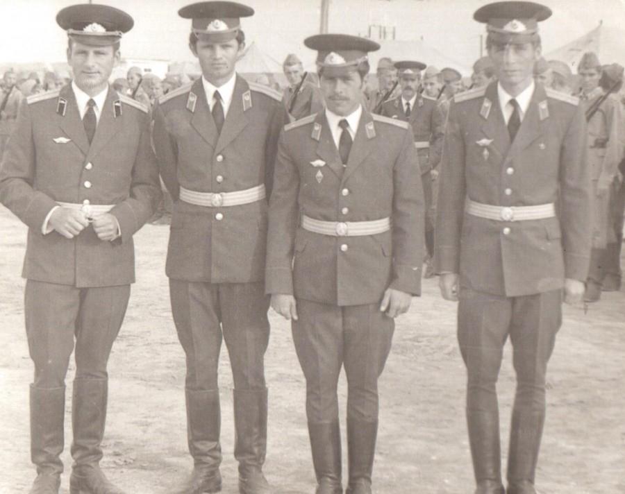 Молодые лейтенанты перед отправкой в Афганистан. Руфет Талыбов второй справа.