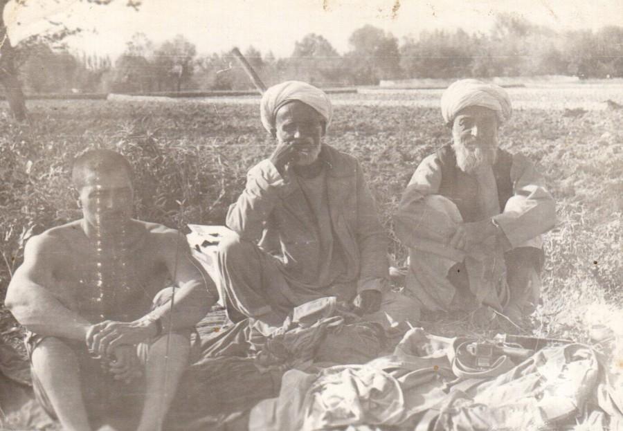 Восток - дело тонкое. Руфет Талыбов (слева) с местными жителями.