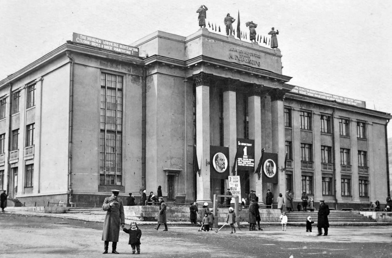Здания театра имени Горького времён Дальстроя.