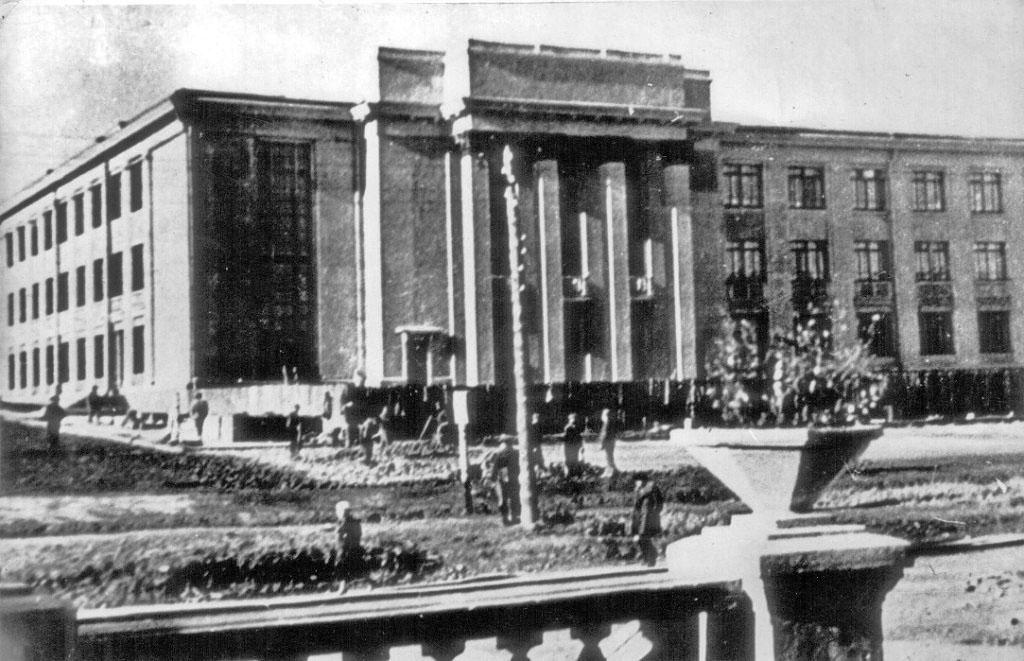 Идет строительство нового здания театра имени Горького.