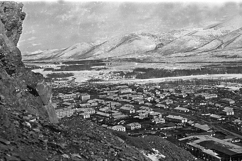 Вид на Усть-Омчуг с горы Чихара. 1963-64 год