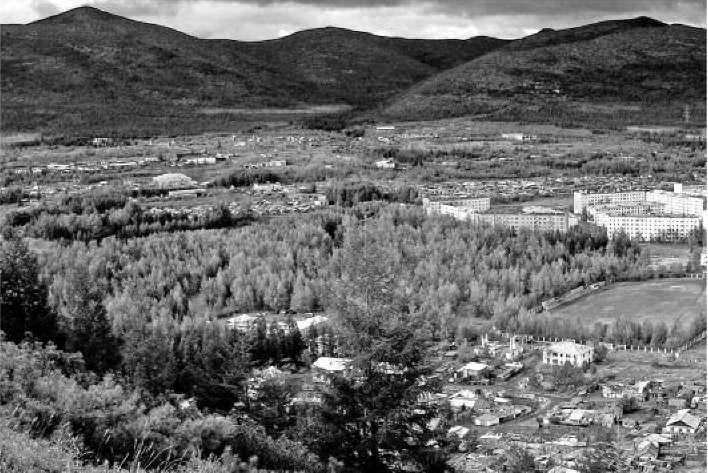 Усть-Омчуг. Вид на стадион, парк и территорию поселка Заречный. 2009
