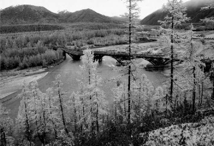 Деревянный мост через Иганджу. Здесь на левом берегу до 1940 года находился крупный геологический центр. 2011