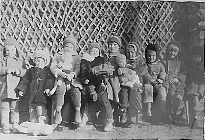 Дети посёлка Дачный сами себе организовывали детский сад. 1963 год.