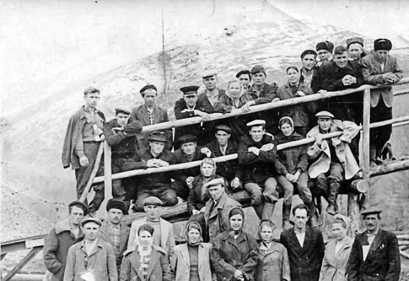 Дружный коллектив участка Юбилейный прииска имени Максима Горького готовится к промсезону. 1962 год.