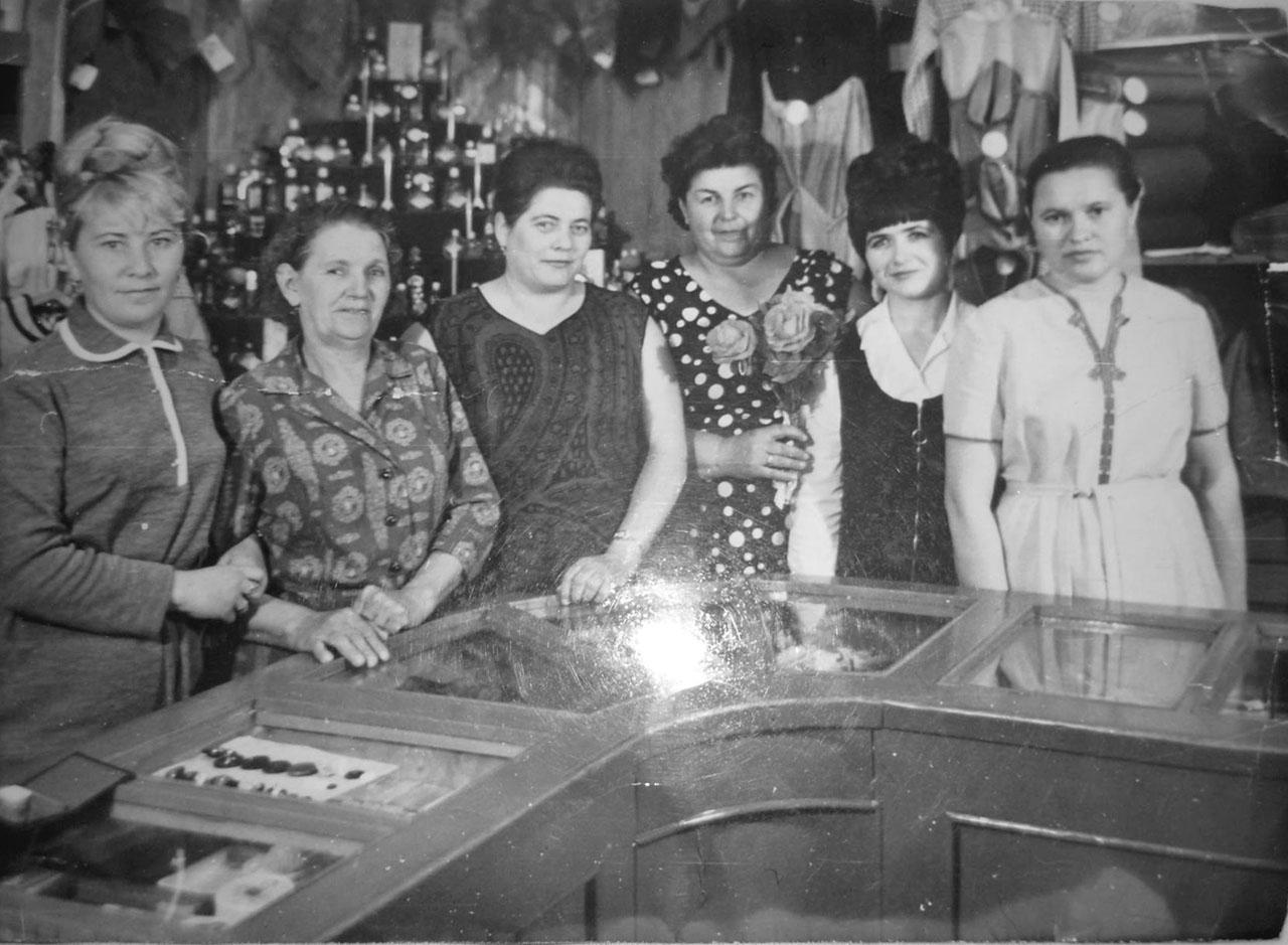 Коллектив промтоварного магазина. Посёлок имени Гастелло.