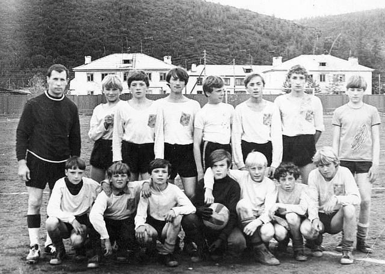 Футбольная команда Гастелло на фоне еще целого хлебозавода. Посёлок имени Гастелло.