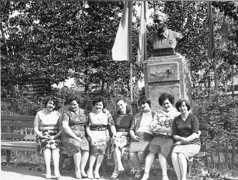 Коллектив бухгалтерии у памятника Н. Гастелло. 1982 год.
