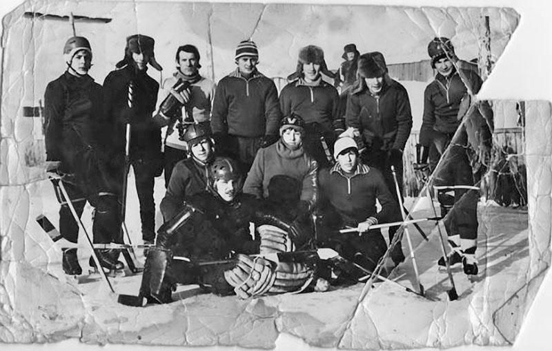 Посёлок имени Гастелло. Гастелловские хоккеисты начало 70-х годов ХХ-го века.