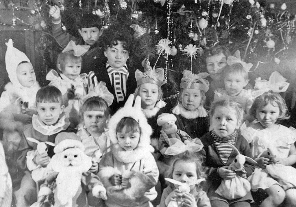 Посёлок Хениканджа. Новогодний утренник в детском саду. 1964 год.