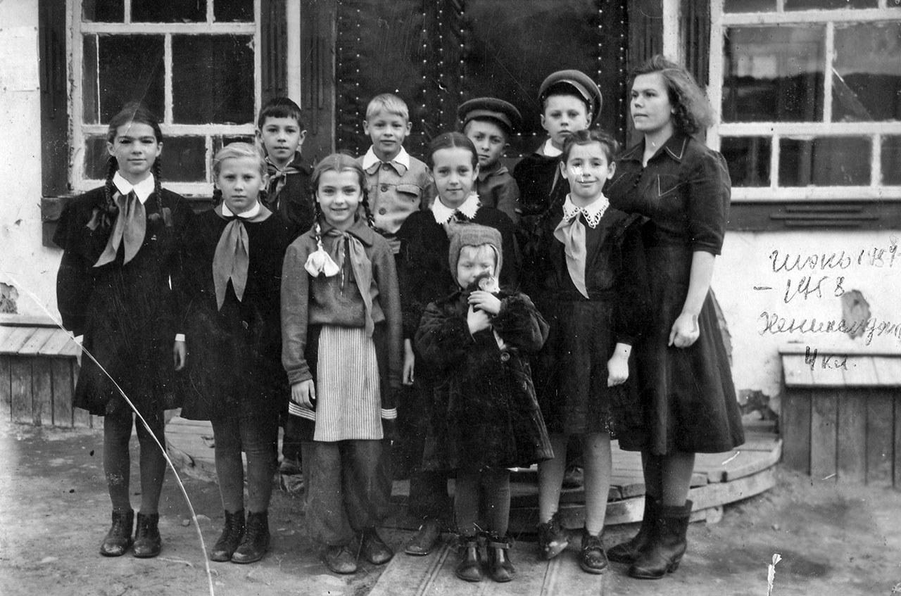 Пионеры Хениканджи у начальной школы.Из архива семьи Сафоновых.
