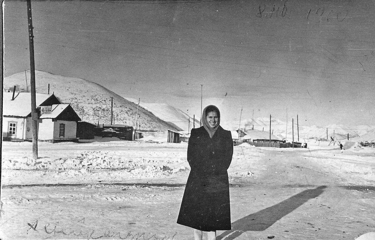 У остановки автобуса. Посёлок Хениканджа. Из архива семьи Сафоновых.