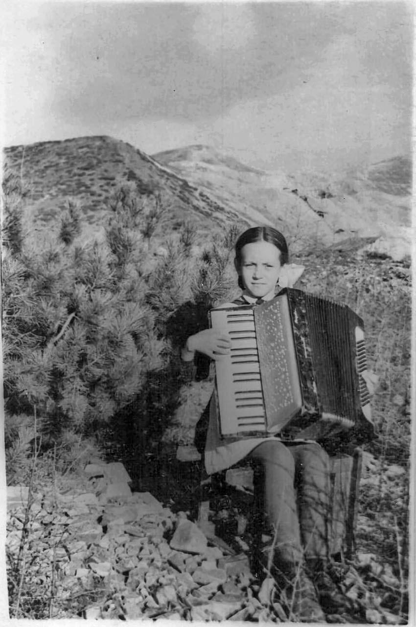 Я с любимым аккордеоном. Посёлок Хениканджа. Середина 50-х. Из архива Татьяны Волковой.