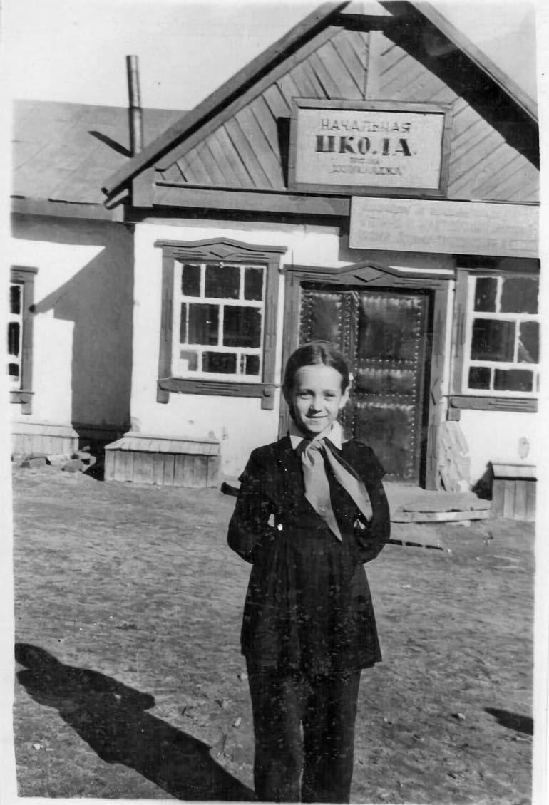 Татьяна Соколова у начальной школы. Посёлок Хениканджа. Середина 50-х. Из архива Татьяны Волковой.