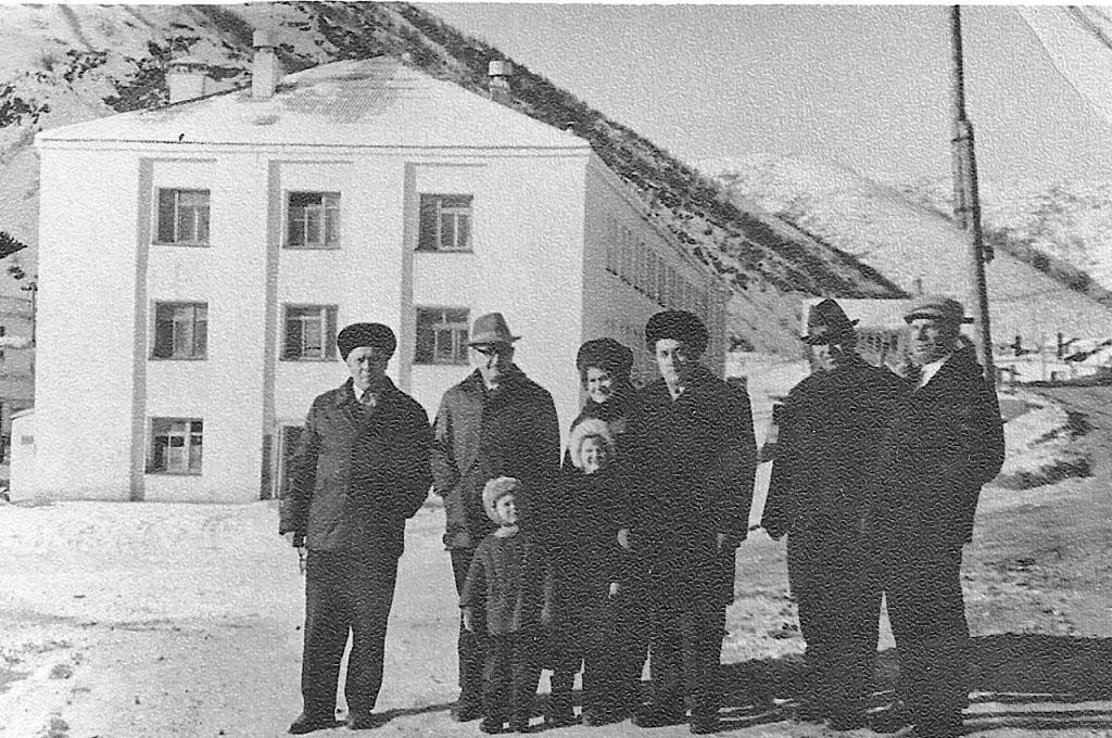 Поселок Матросова. Группа сотрудников на фоне «Белого дома».