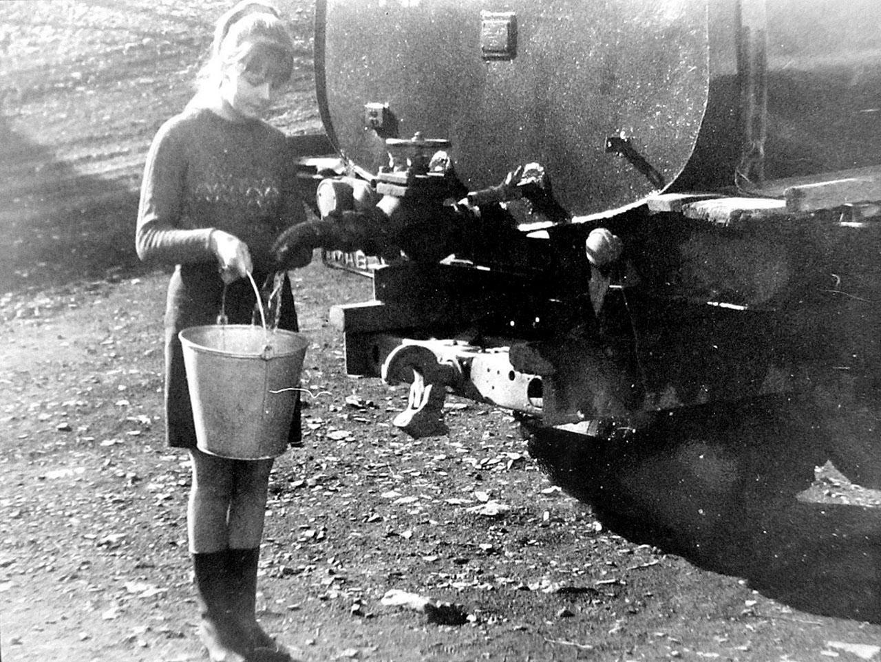 Вот так люди набирали воду которую привозили с Гастелло, для личных нужд. И сегодня питьевую воду на поселок имени Матросова возят с Гастелло.