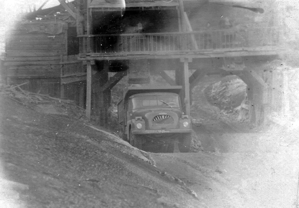 «ТАТРа» - 138 грузится рудой с бункера на руднике имени Матросова.