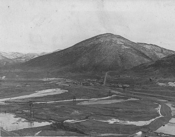 Подъём на рудник имени Матросова. В долине видны опоры канатной дороги (КПД).