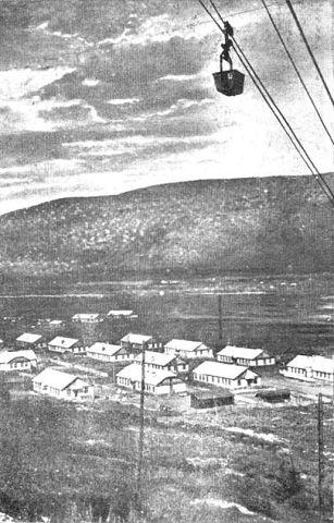 Фотография посёлка и канатной дороги.
