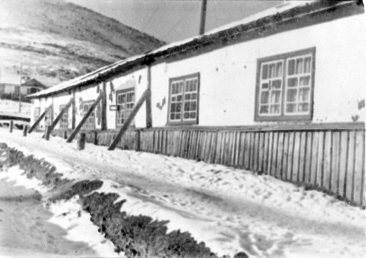 Посёлок Нагорный. Общежитие, напротив был магазин.
