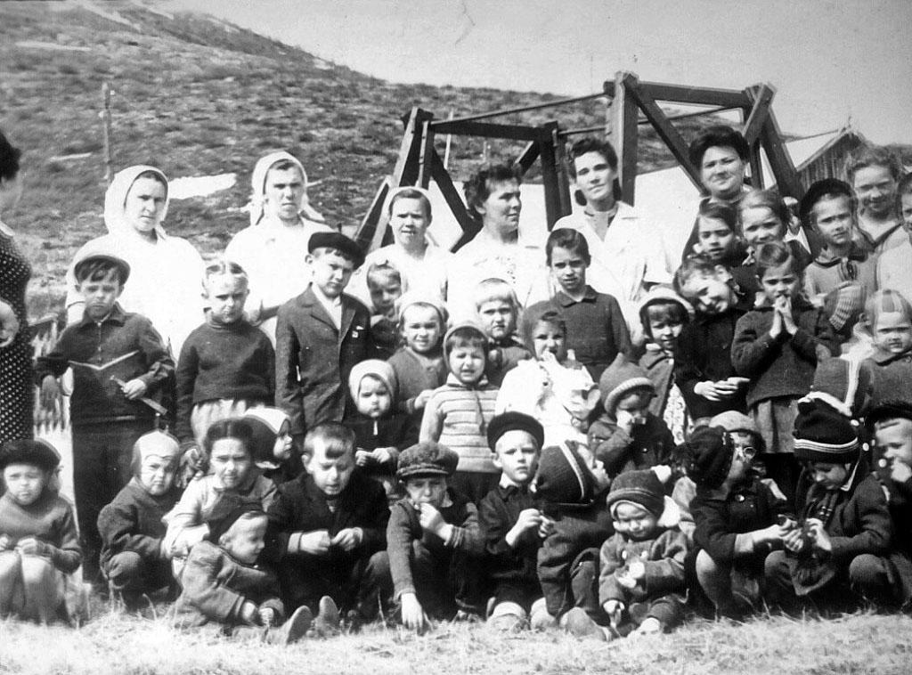 Воспитатели с детьми у детского сада. Посёлок Нагорный.