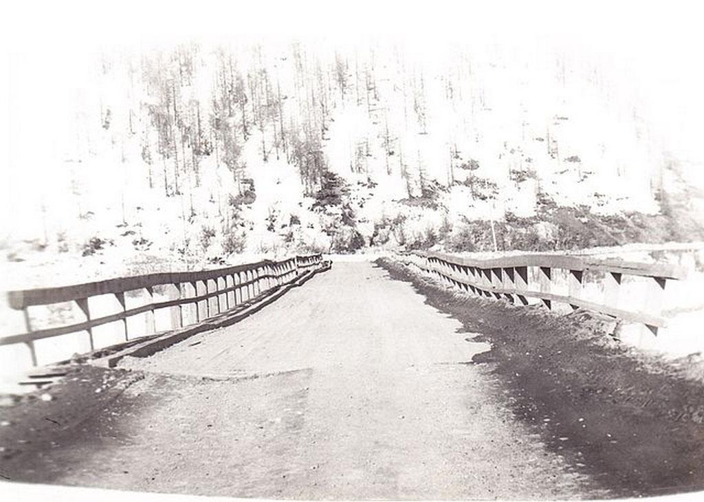 Поселок Нелькоба. Старый мост.