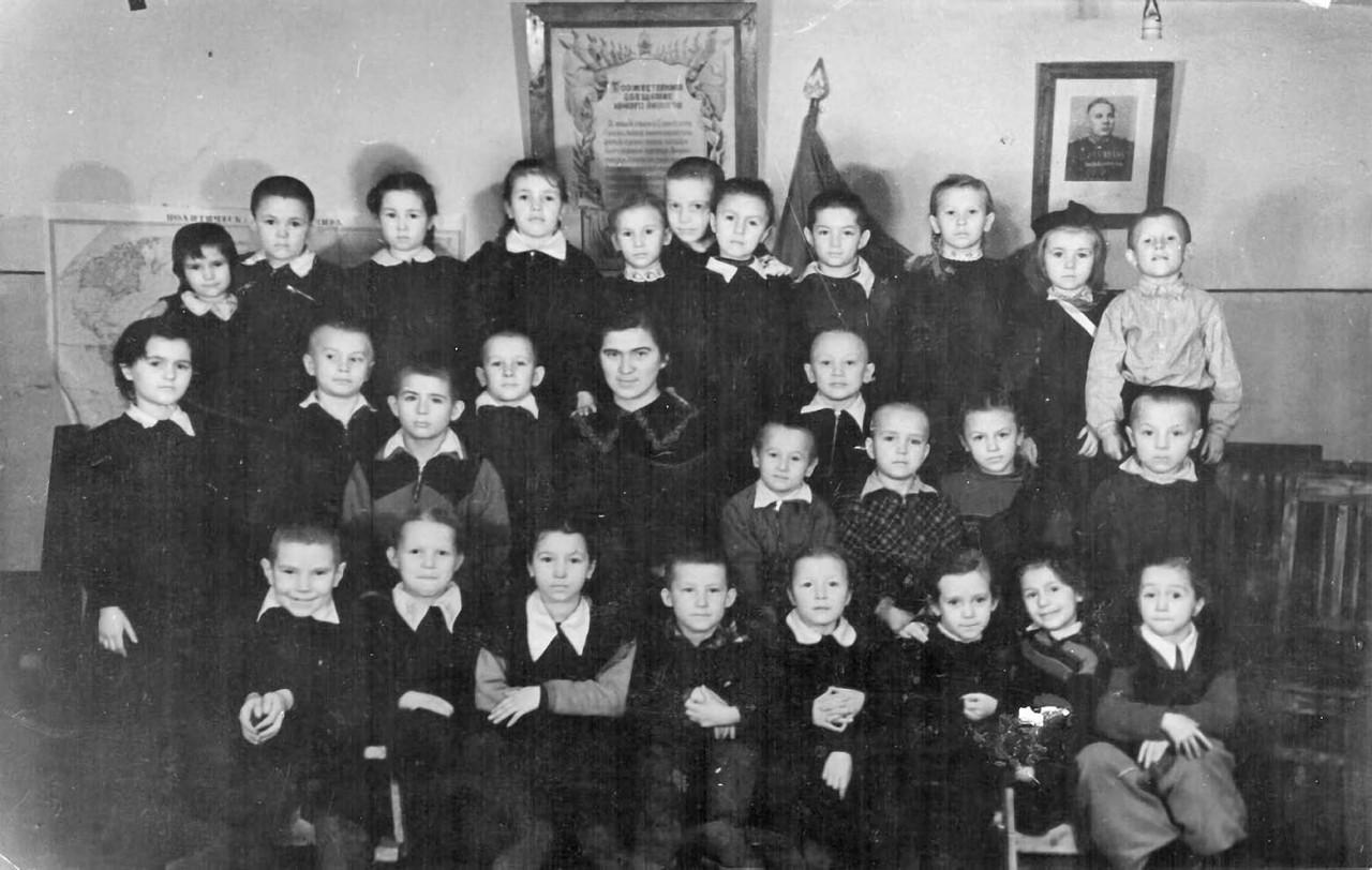 Начальная школа в посёлке имени Тимошенко (Омчак). Первый класс. 1954 год. Из архива Татьяны Волковой.