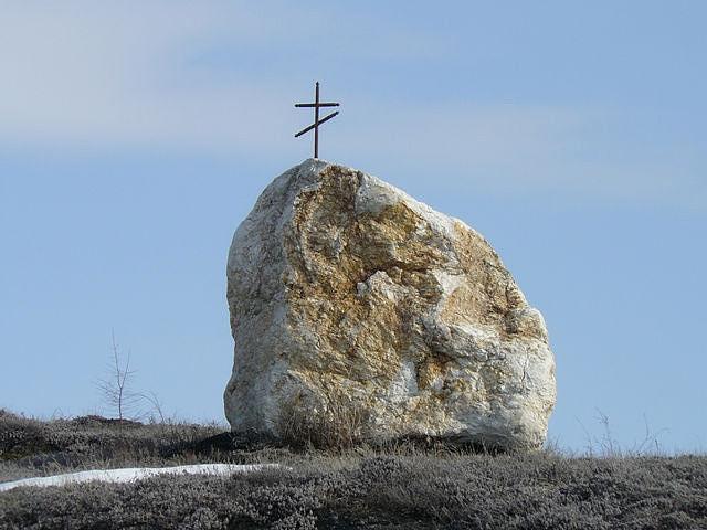 Памятный камень с крестом находится на «Стрелке» бывшего поселка Ветреный. Фото от И. Заспа.