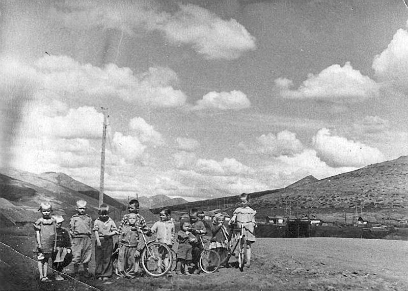 Дети на фоне посёлка Ремонтный.