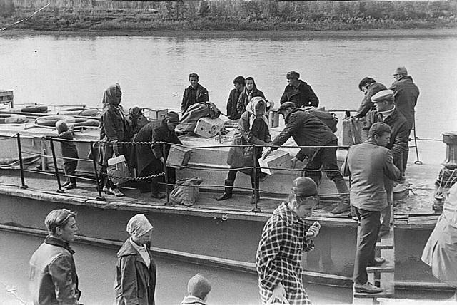 Погрузка почты для участков на катер «Мирный». Конец 60-х годов ХХ-го века.