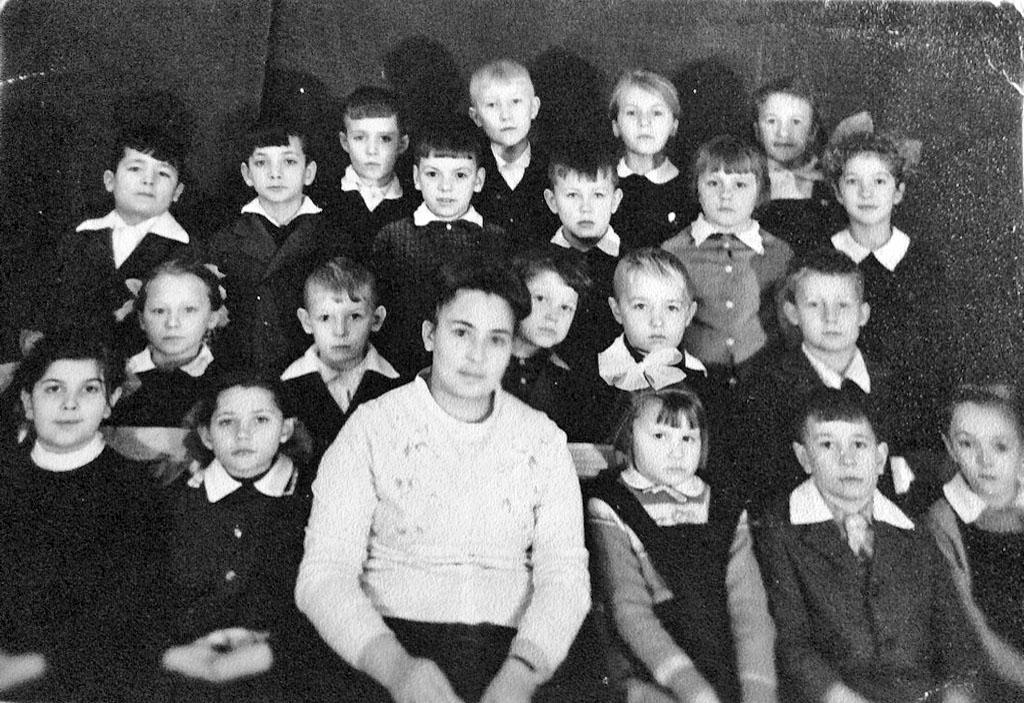 Сибик-Тыэллах. Начальная школа. 2-й класс с классным руководителем Усатовой Тамарой Иосифовной.