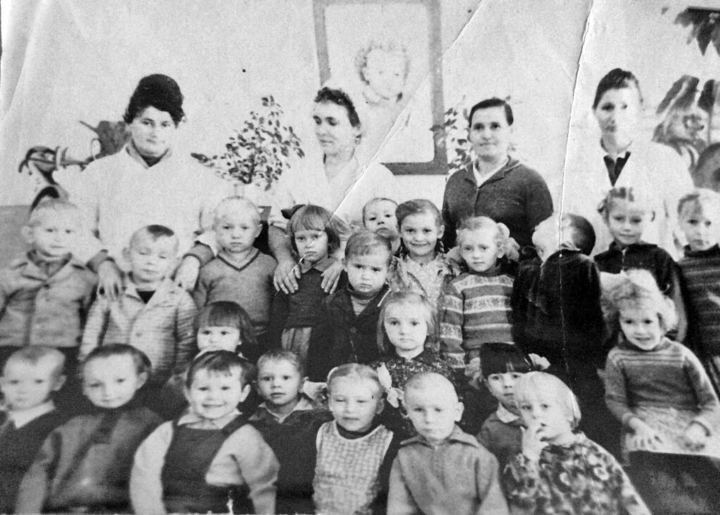 Сибик-Тыэллах. В детском саду. Первая стоит зав. детсадом Светличная Лидия Георгиевна,рядом повар Курнакова Мария Ивановна, воспитатель Финошина Алла. 1964-65 года.