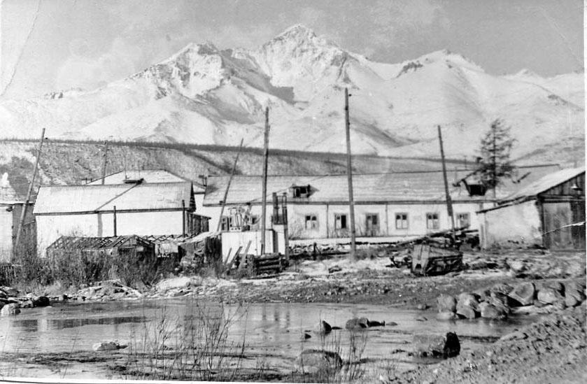 Сибик-Тыэллах. На фото здание быткомбината.