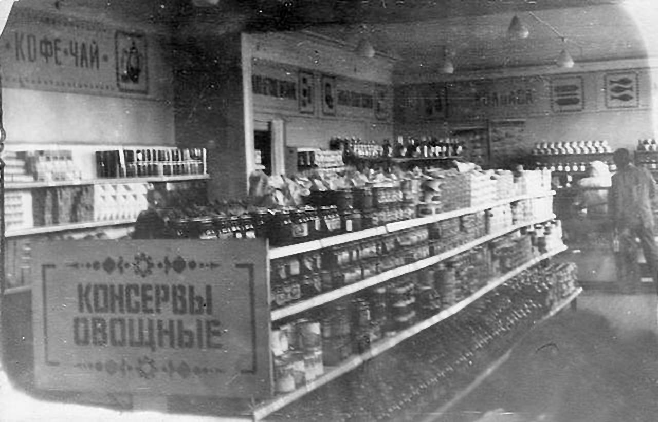 Сибик-Тыэллах. В торговом зале магазина «Золотой олень». Продуктовый отдел.