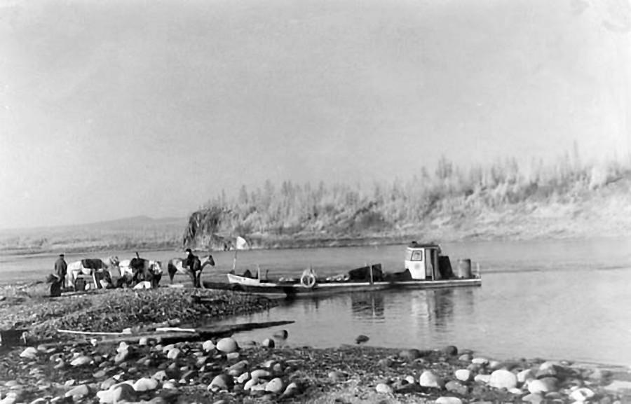 Район Ветреного, река Колыма. Геологи и катер. 50-е года ХХ-го века..