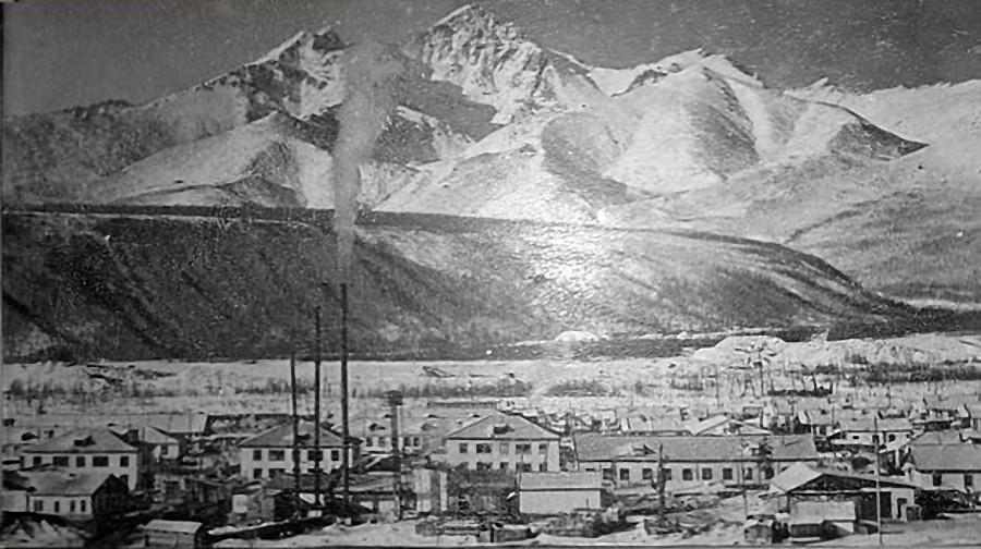 Сибик-Тыэллах на фоне хребта Большой Аннгачак с его пиками. 1972 год. Фото из архива М. Санюк.