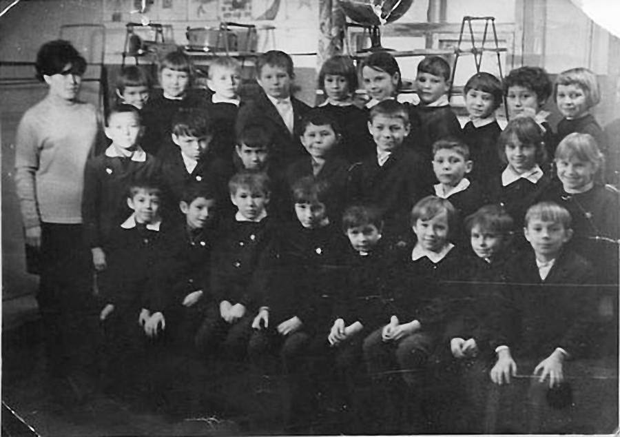 Сибик-Тыэллах. Начальная школа. Учительница Вера Константиновна Могучева с учениками.