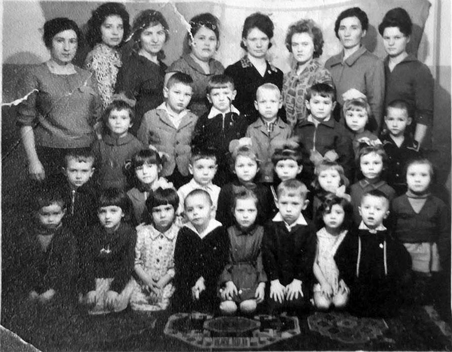 В детском саду посёлка Токичан. На фотографии старшая группа детей, няни, воспитатели. 1965 год.