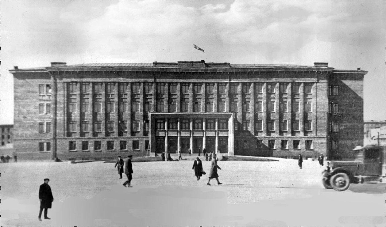 Здание Главного и Политического управлений Дальстроя. Начало 40-х годов ХХ-го века.