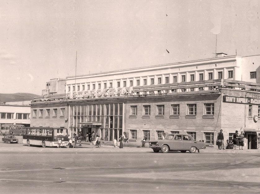 Двухэтажный кирпичный автовокзал, построенный в 1963 году по проекту Якимова.