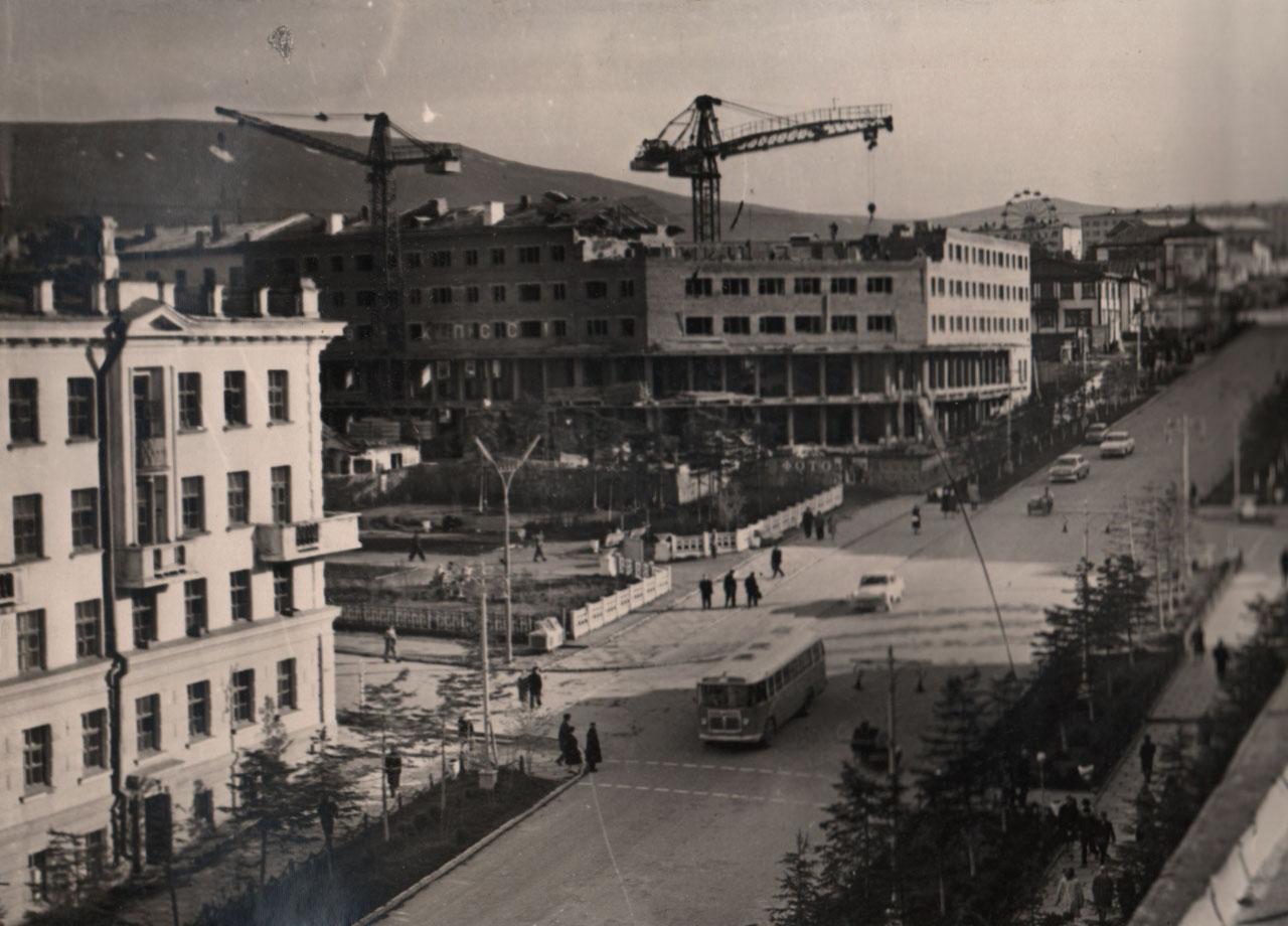 Строительство жилого дома со встроенным универмагом на ул. Дзержинского (ныне - пр. К. Маркса, 38), 1964 год. Вид с крыши жилого дома по пр. Ленина, 16.