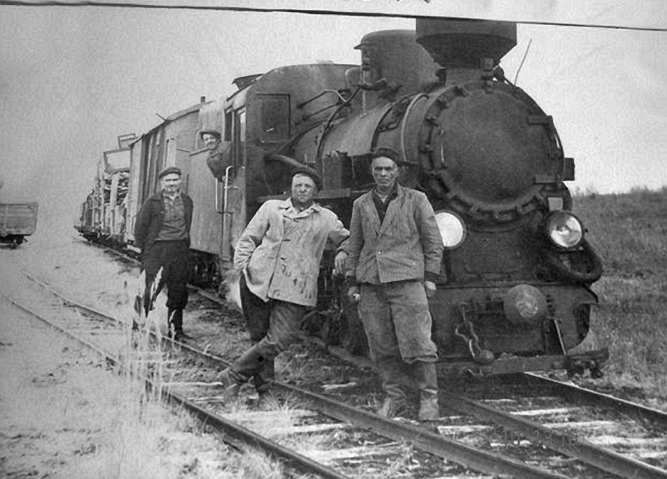 Железнодорожники у паровоза.