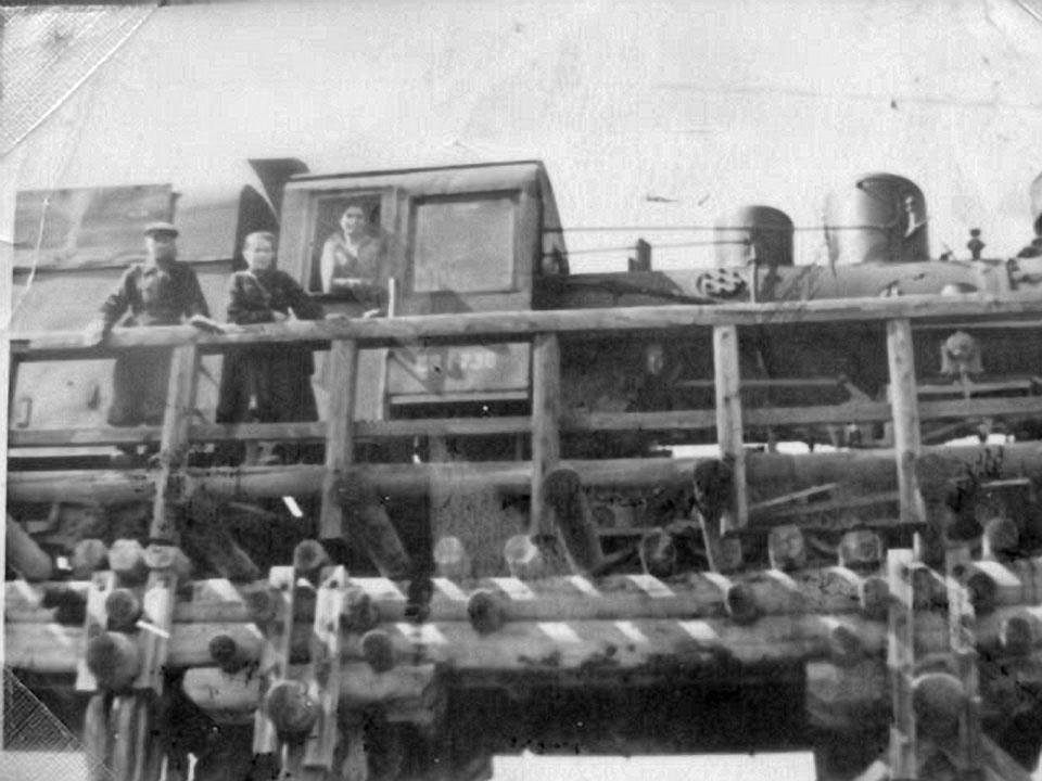 Паровоз на железнодорожном мосту.