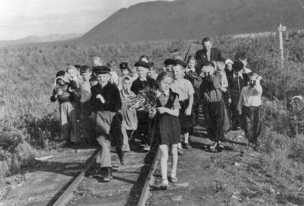 Школьная прогулка с преподавателем Хацкевич по узкоколейной дороге.