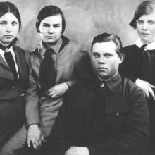 Вторая слева: Зоя Варрен. 1938 г.