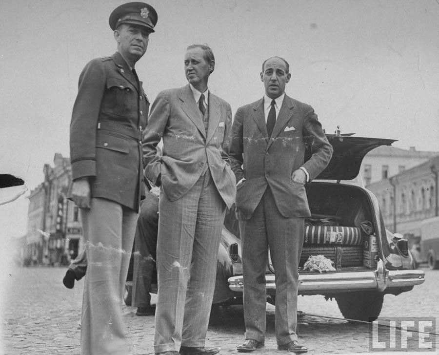 Слева направо — Макнарни, Гопкинс, посол США Штейнгардт. Москва, 1941 год.
